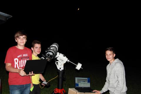 Michael, Lukas und Luis beim Fotografieren des Mondes