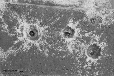 """""""Impaktversuche"""" zur Simulation der Entstehung von Kratern"""